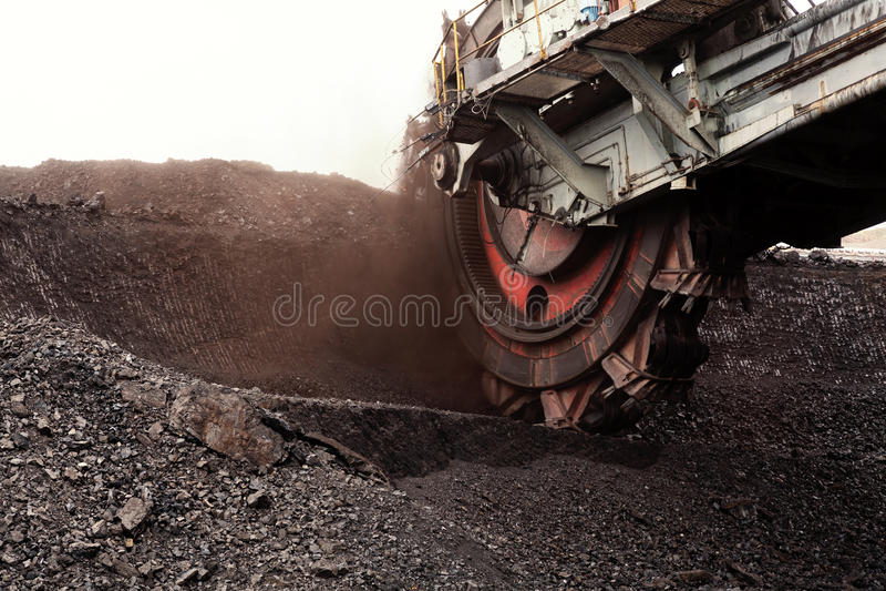 开掘的褐煤,捷克巨型戽头转轮挖土机 图库摄影
