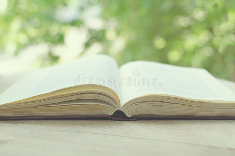 开放书的被弄脏的图象在一个开窗口前面的与g 免版税库存照片