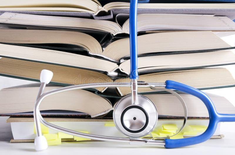开放医疗书,stethascope 医疗学会的过程 免版税库存照片