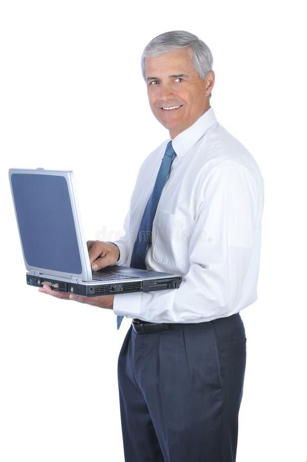 开放变老的生意人藏品膝上型计算机的中间名 免版税图库摄影
