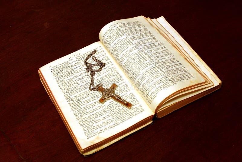 开放圣经的耶稣受难象 免版税库存照片