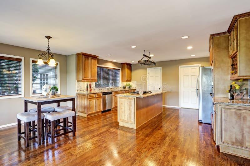 开放学制的楼层 厨房与海岛和花岗岩桌面的室内部 免版税库存图片