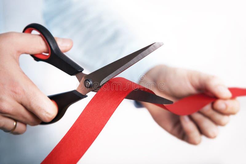 开放新的项目的红色丝带切口 免版税库存图片