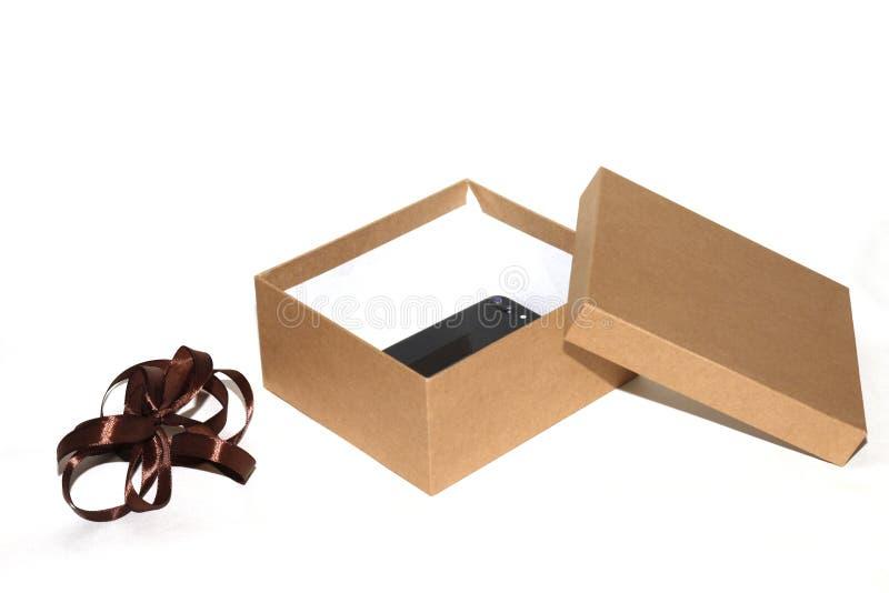 开放的特写镜头和有棕色丝带的闭合的礼物盒 图库摄影