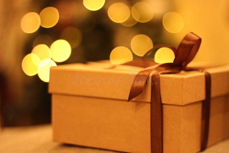 开放的特写镜头和有棕色丝带的闭合的礼物盒 库存图片