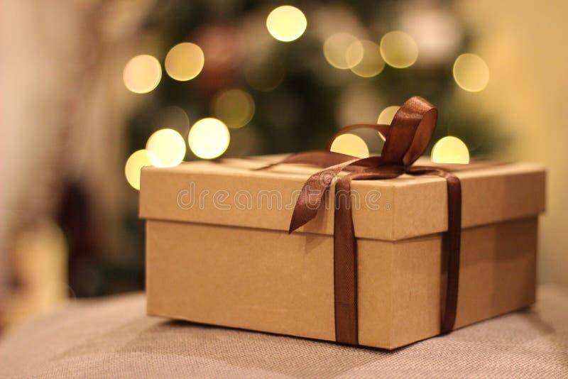 开放的特写镜头和有棕色丝带的闭合的礼物盒 免版税库存图片
