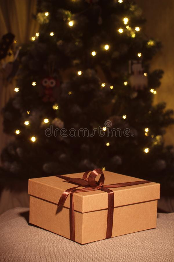 开放的特写镜头和有棕色丝带的闭合的礼物盒 库存照片