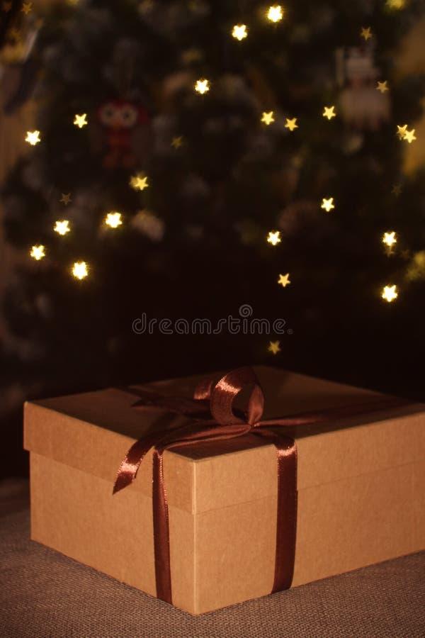 开放的特写镜头和有棕色丝带的闭合的礼物盒 免版税图库摄影