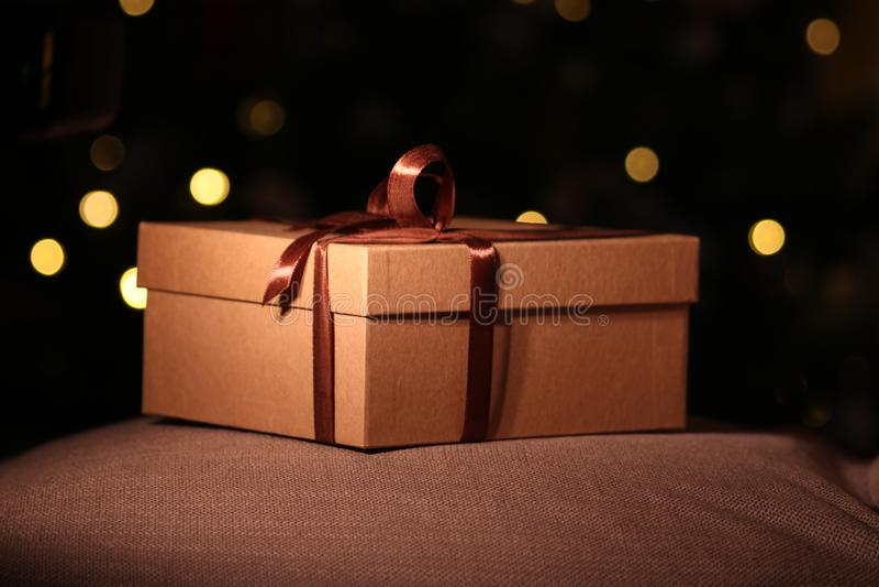 开放的特写镜头和有棕色丝带的闭合的礼物盒 免版税库存照片