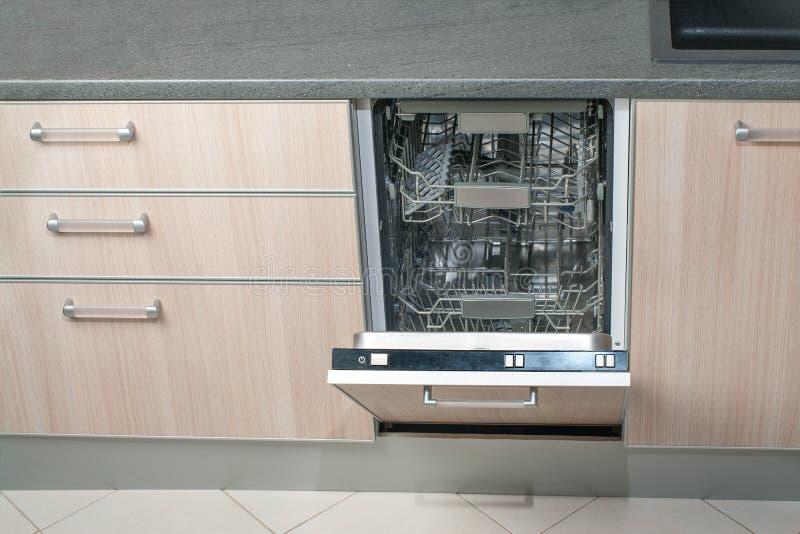 开放空的洗碗机在厨房里 现代聪明的电子家务技术 免版税库存照片