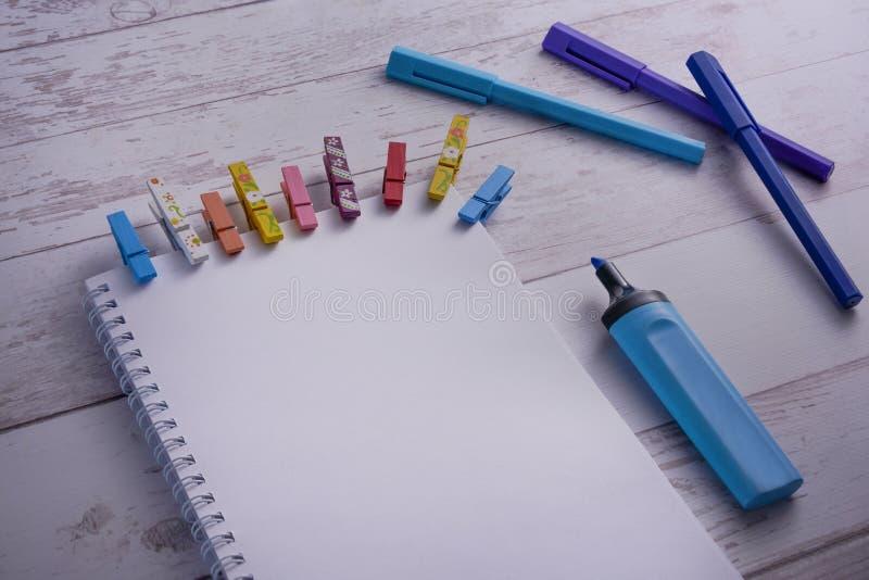 开放笔记本和在一张木桌上的蓝色笔顶视图有空白页的 启发和艺术的概念 为增加准备或 免版税库存照片