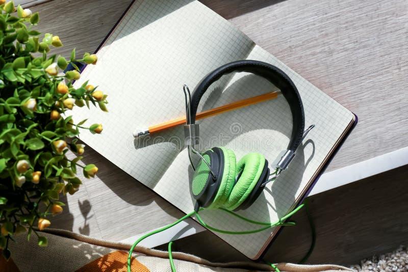 开放笔记本和耳机在窗台 免版税库存图片
