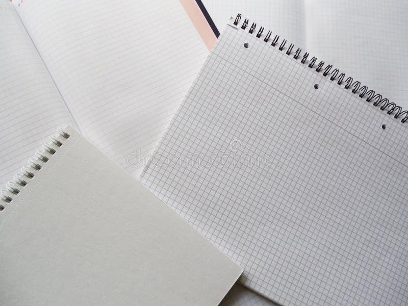 开放笔记本和螺旋装订的被摆正的,轻的背景 免版税库存照片