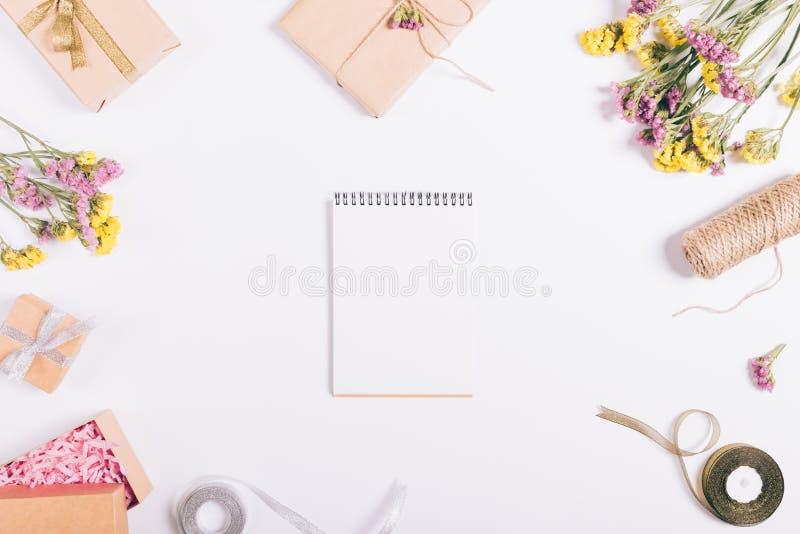 开放纸笔记本在与装饰的一张白色桌上说谎 免版税库存图片