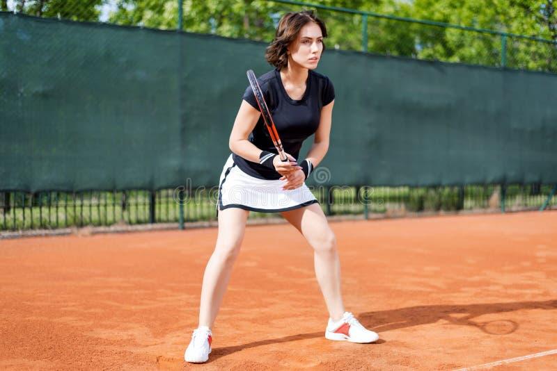 开放网球场的美丽的女孩 图库摄影