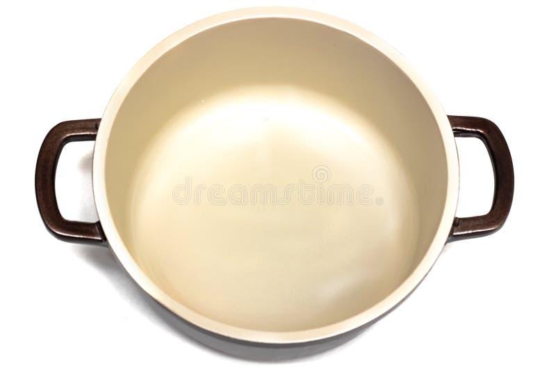 开放陶瓷平底深锅关闭,在白色背景的孤立 库存图片
