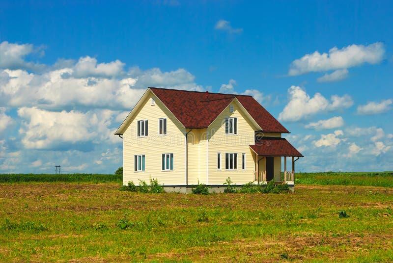 开放领域的偏僻的房子 免版税库存照片