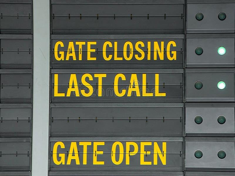 给开放结束、的门和在机场informat的最后呼叫消息装门 库存图片