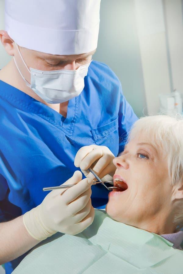 开放嘴特写镜头在口头核对期间的在牙医的 库存照片