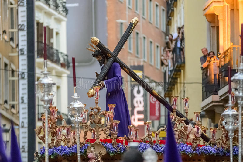 离开教会的基督雕象 免版税库存图片