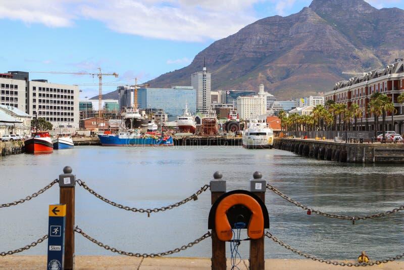 开普敦,南非- 2017年12月23日:与恶魔的维多利亚和阿尔弗莱德江边地区锐化在背景 普遍旅游 免版税图库摄影