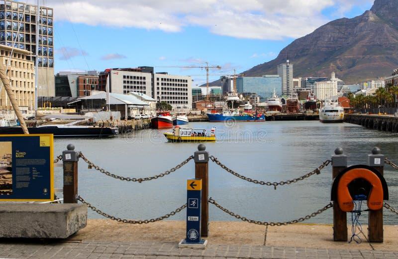 开普敦,南非- 2017年12月23日:与恶魔的维多利亚和阿尔弗莱德江边地区锐化在背景 普遍旅游 免版税库存图片