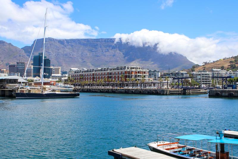 开普敦,南非- 2017年12月23日:与表山的维多利亚和阿尔弗莱德江边地区在背景 免版税库存照片