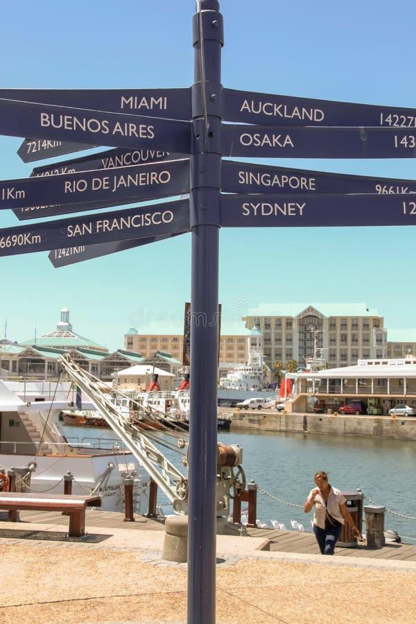 开普敦- 2011年:显示距离到主要城市的标志 库存照片