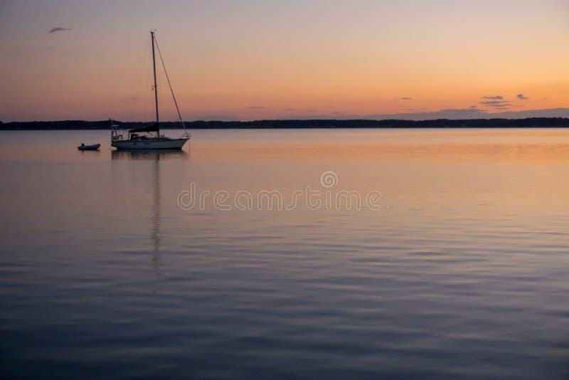 开汽车在切塞皮克湾的日落的风船 免版税库存图片