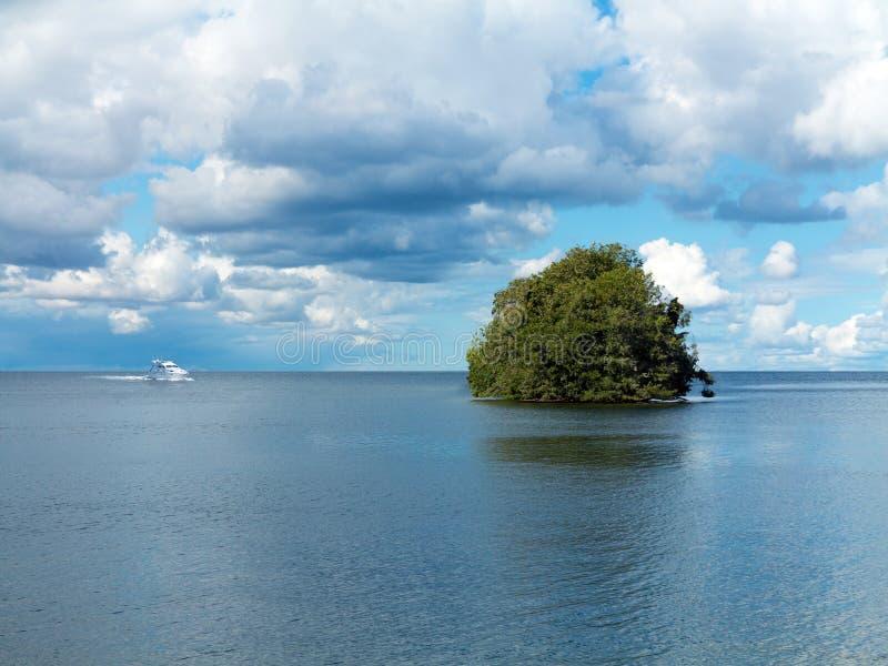 开汽车在它的途中的游艇到一个偏僻的海岛 免版税库存照片