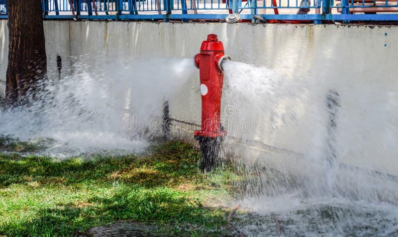 开火消防栓,从消防龙头的水流量 免版税图库摄影