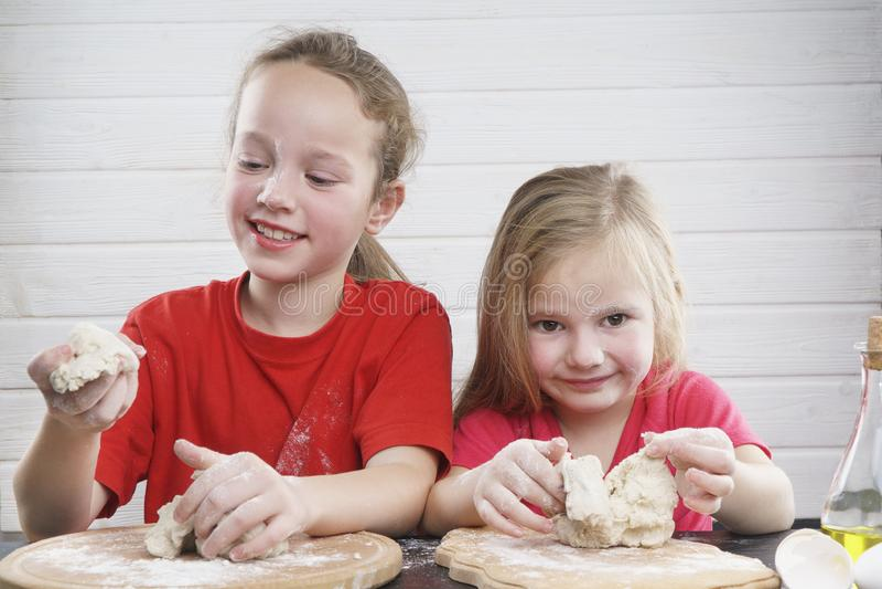 开玩笑厨房 获得乐趣 孩子的发展 一起家庭 库存图片