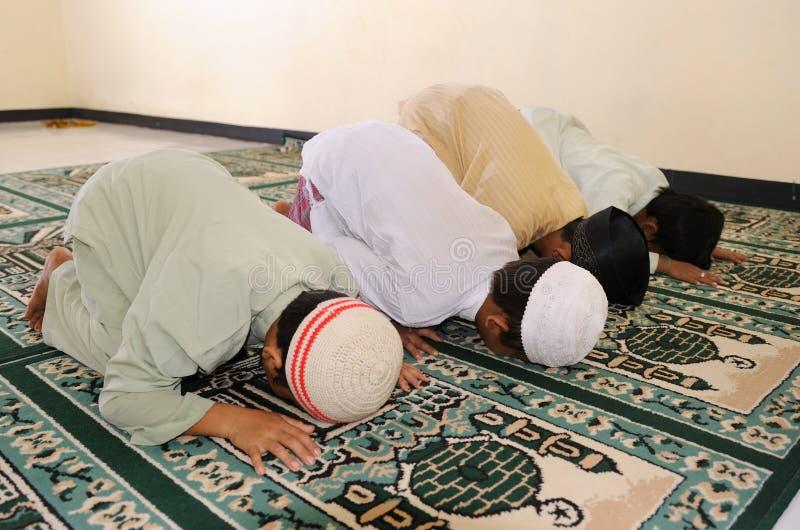 开玩笑穆斯林祈祷 免版税库存图片