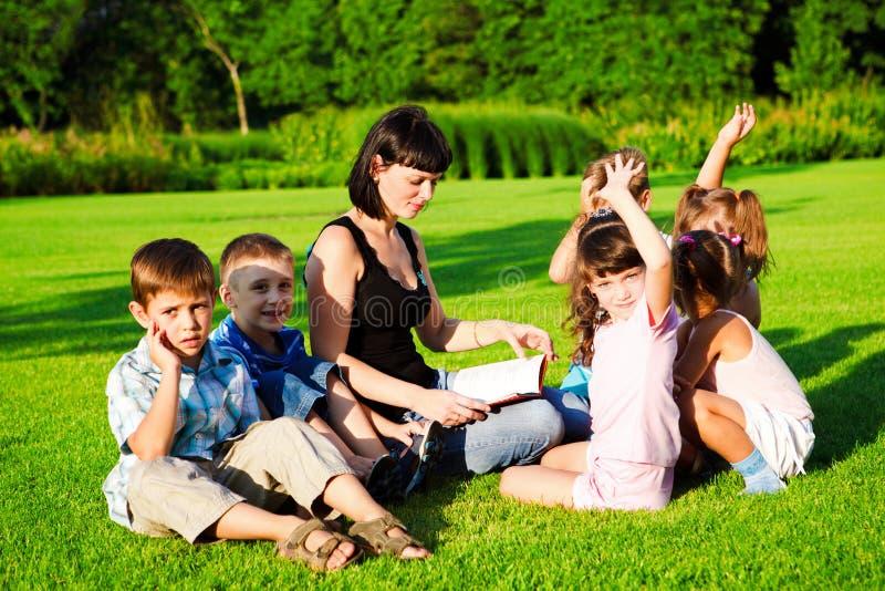 开玩笑阅读老师 图库摄影