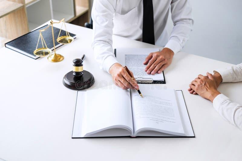 开的买卖人或的律师谈论队的会议agreemen 免版税库存照片