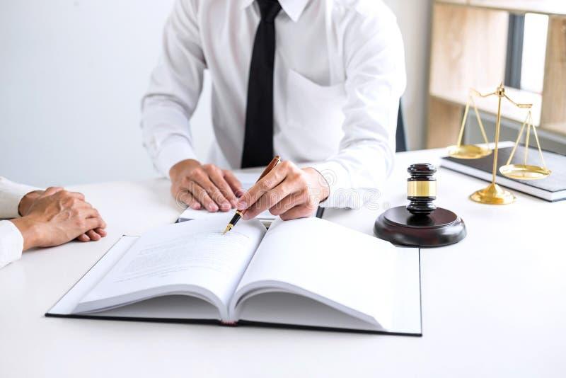 开的买卖人或的律师谈论队的会议agreemen 库存照片
