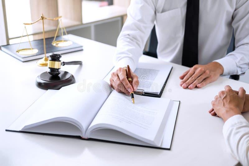 开的买卖人或的律师谈论队的会议agreemen 免版税库存图片