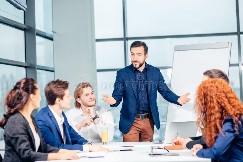 开的公司的主任与他的职员的业务会议 免版税库存图片