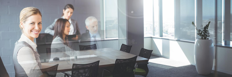 开的商人与办公室转折作用的一次会议 库存图片
