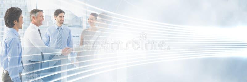 开的商人与被阐明的弯曲的线转折作用的一次会议 免版税库存图片