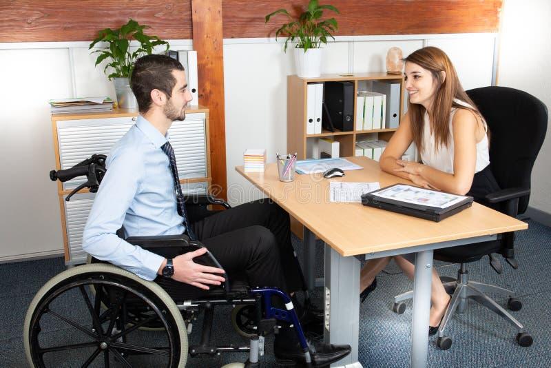 开的废人与女实业家的一个业务会议 免版税图库摄影