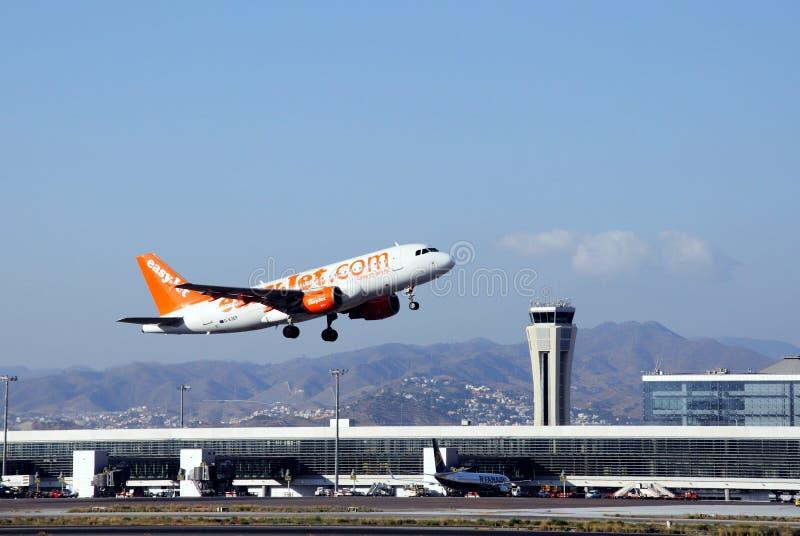 离开的飞机,马拉加机场。 免版税库存图片
