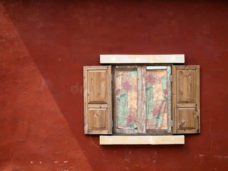 开窗口木头 免版税库存照片