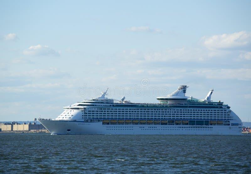 离开纽约的海游轮的皇家加勒比探险家 库存照片