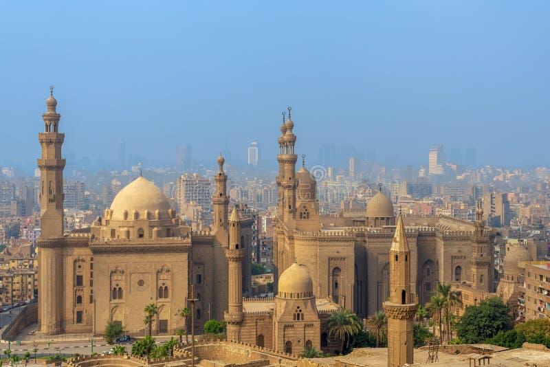 开罗市鸟瞰图从塞古Al Deen城堡的有Al苏丹哈桑和Al里法伊清真寺的,开罗,埃及 免版税图库摄影
