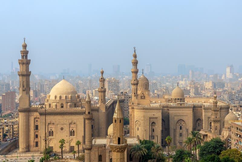 开罗市鸟瞰图从开罗大城堡区的有Al苏丹哈桑和Al里法伊清真寺的,开罗,埃及 免版税库存照片