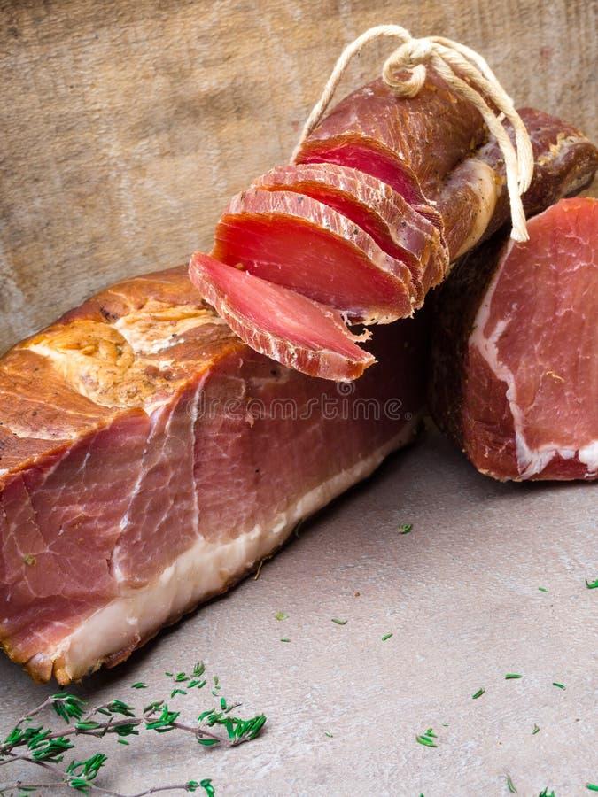 开胃小菜和承办的盛肉盘有肉的另外混合的 免版税库存图片