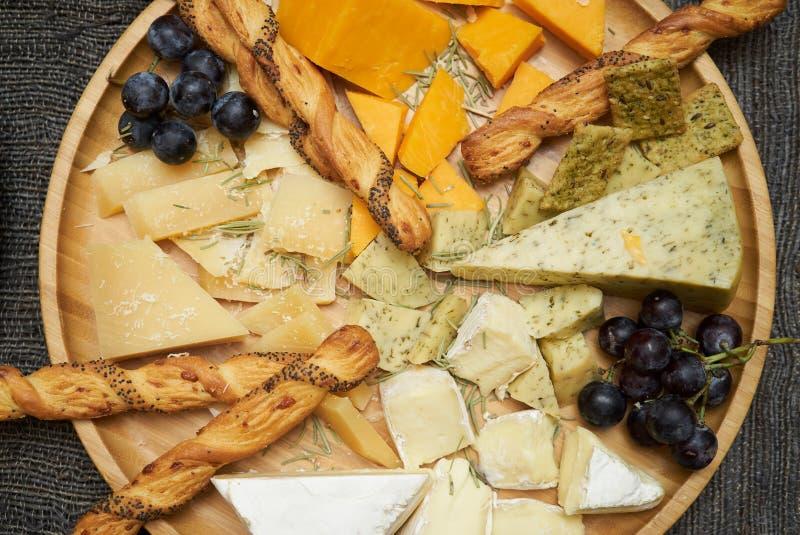 开胃小菜和承办的盛肉盘,顶视图 chees的各种各样的类型 免版税库存图片