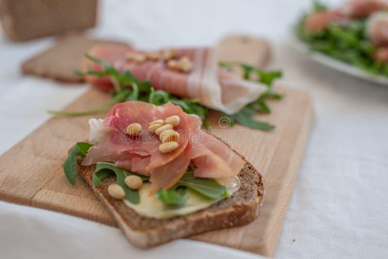 开胃小菜盛肉盘冷盘用面包、鸡蛋和沙拉 免版税库存图片