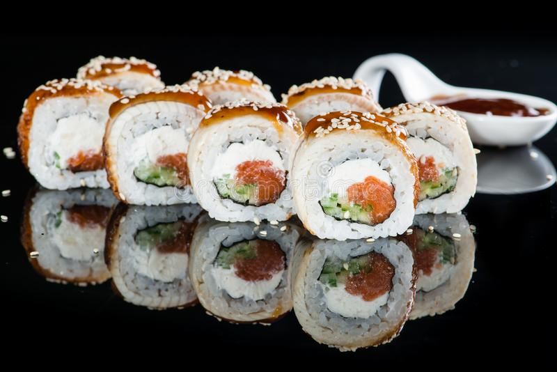 开胃新套寿司卷用米,乳脂干酪,婆罗双树 库存照片